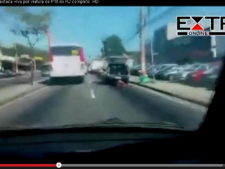 Mulher arrastada por carro de polícia