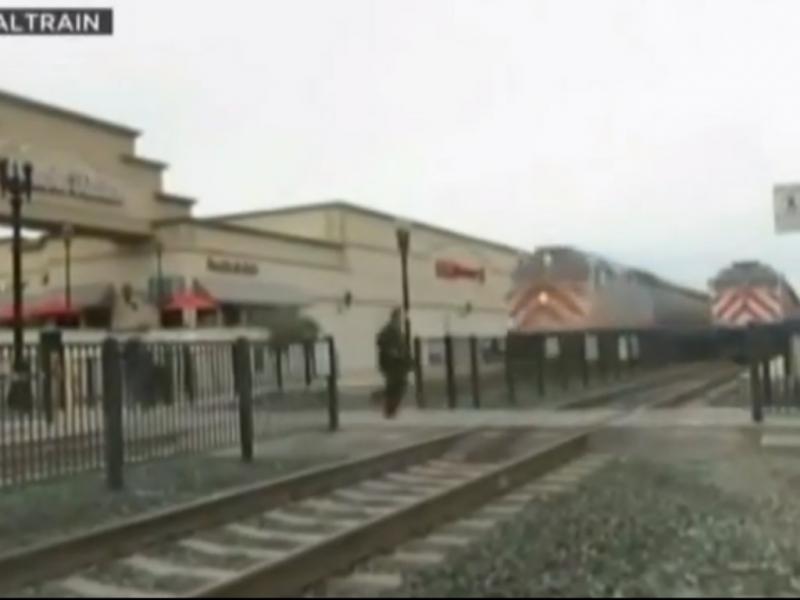 Homem corre em frente a comboio (Reprodução/Youtube/F$an9)