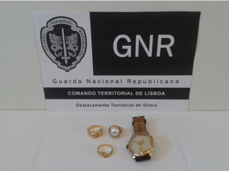 Autoridades recuperaram um relógio e três anéis em ouro