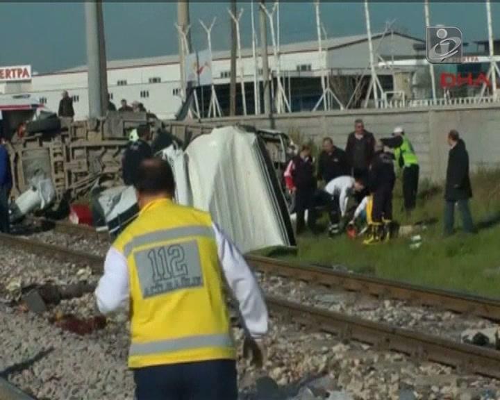 Comboio colide com autocarro na Turquia
