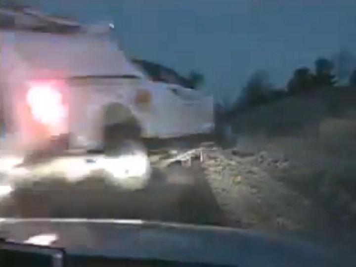Polícias e militar salvam-se por milagre de uma carrinha pick up