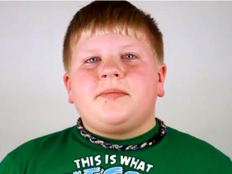 Jovem tem reação emocionante ao saber que vai ser irmão(reprodução de YouTube)