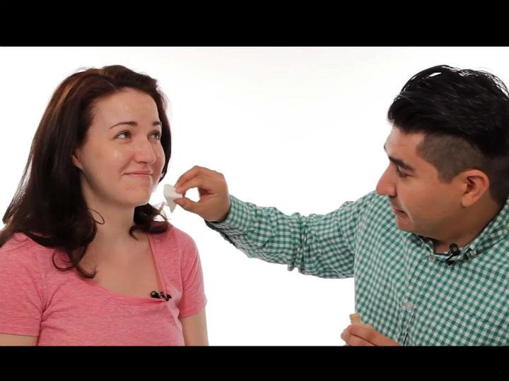 Homens tentam maquilhar as namoradas, mas estragam tudo