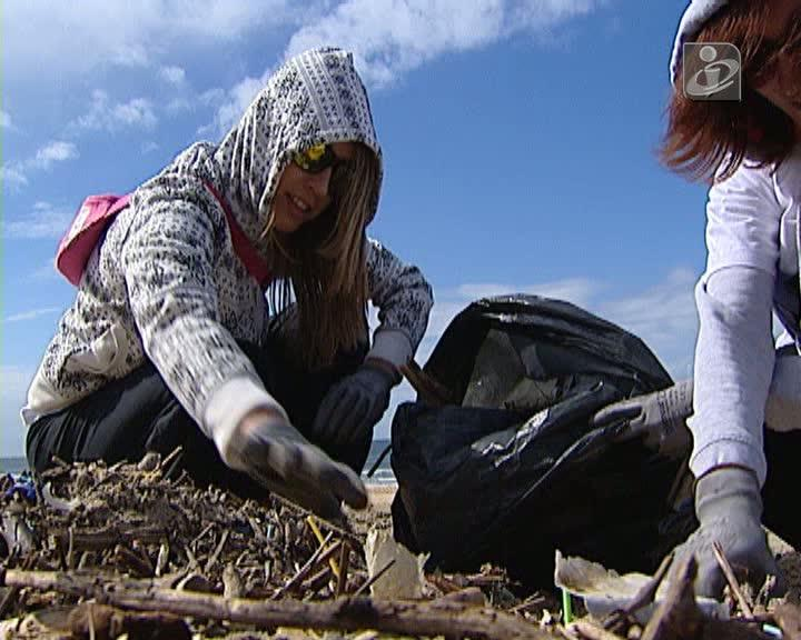 Centenas de pessoas ajudam a limpar o lixo do mau tempo