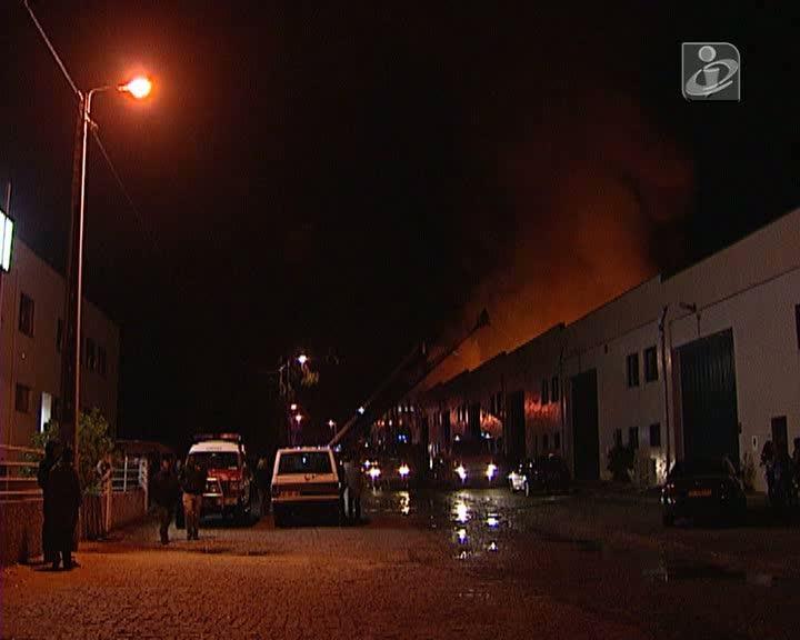 Incêndio em Vila Nova de Gaia destrói armazéns
