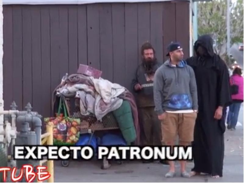«Dementor» aterrorizou as pessoas na rua (reprodução de YouTube)