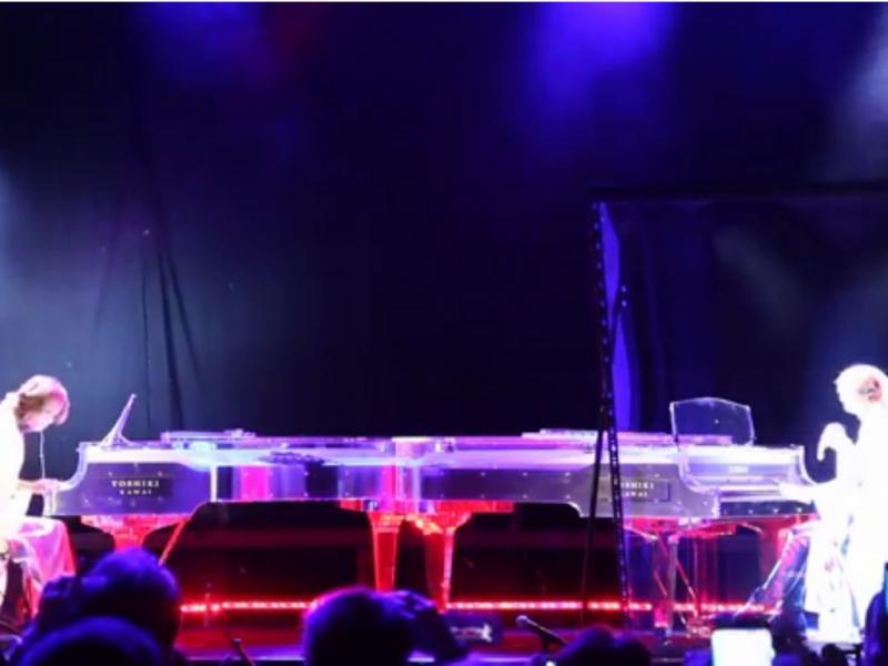Artista japonês atuou com holograma (reprodução de YouTube)