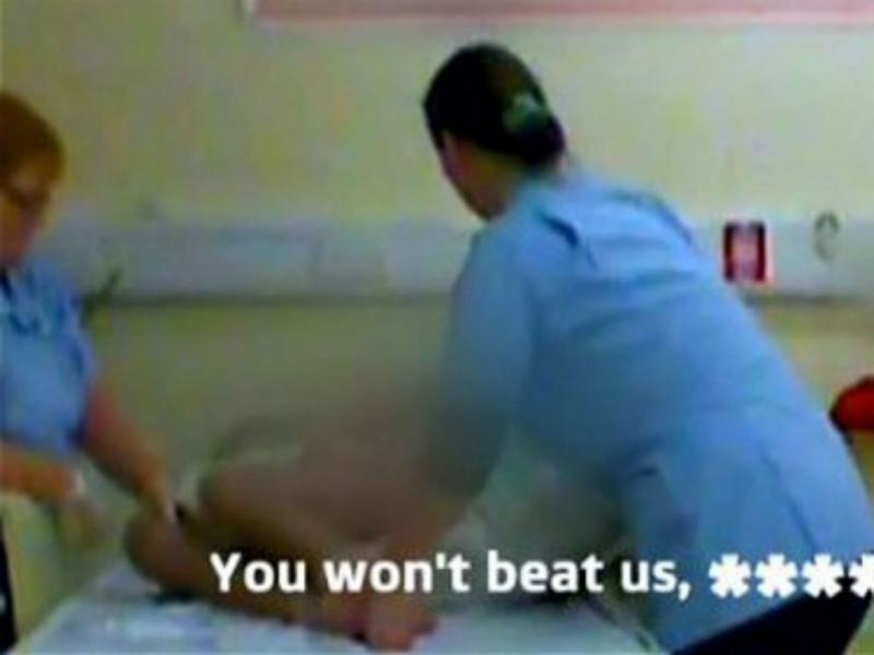 Auxiliares filmadas a agredir tetraplégico em hospital (reprodução YouTube)