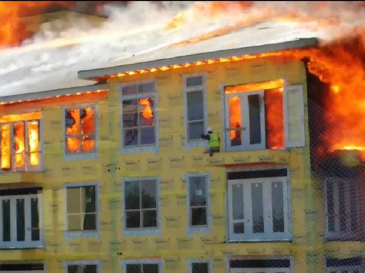 Homem salvo de prédio em chamas no último minuto
