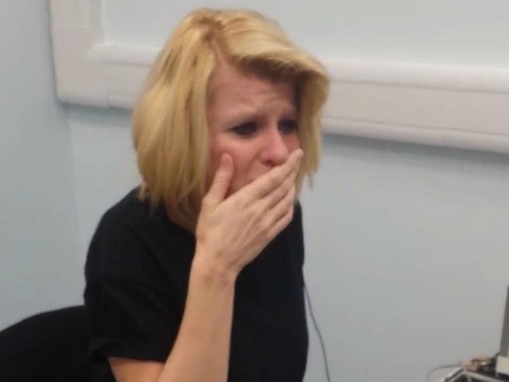 Mulher emociona-se ao ouvir sons pela primeira vez