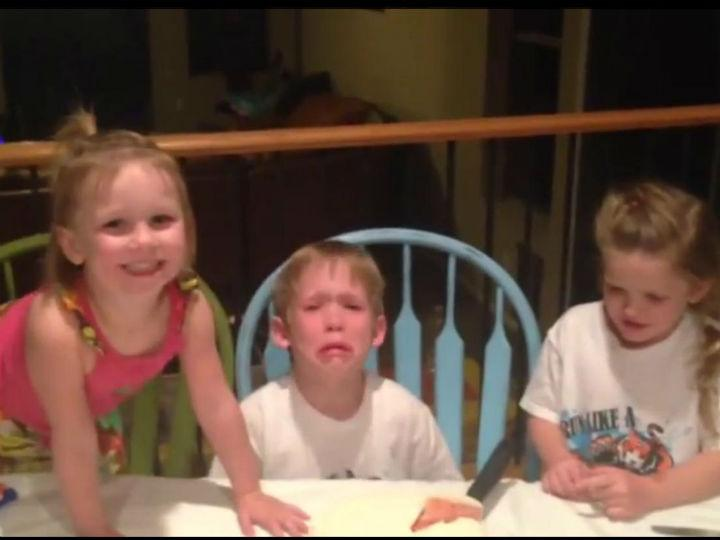 Menino chora desconsolado quando descobre que vai ter uma irmã