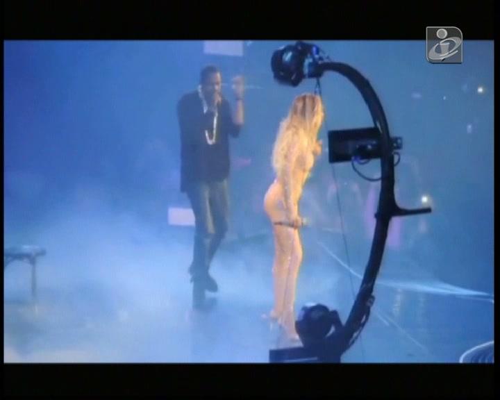 Beyoncé cai em palco antes de ser surpreendida pelo marido