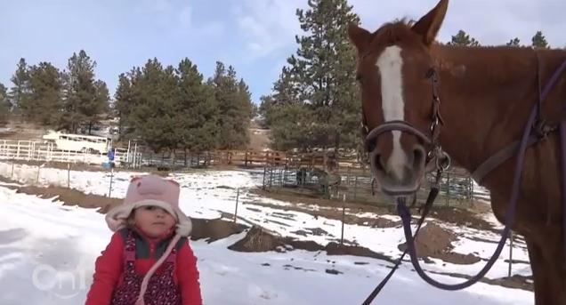 Emma e «Cinnamon» criaram uma relação especial (Reprodução de YouTube)