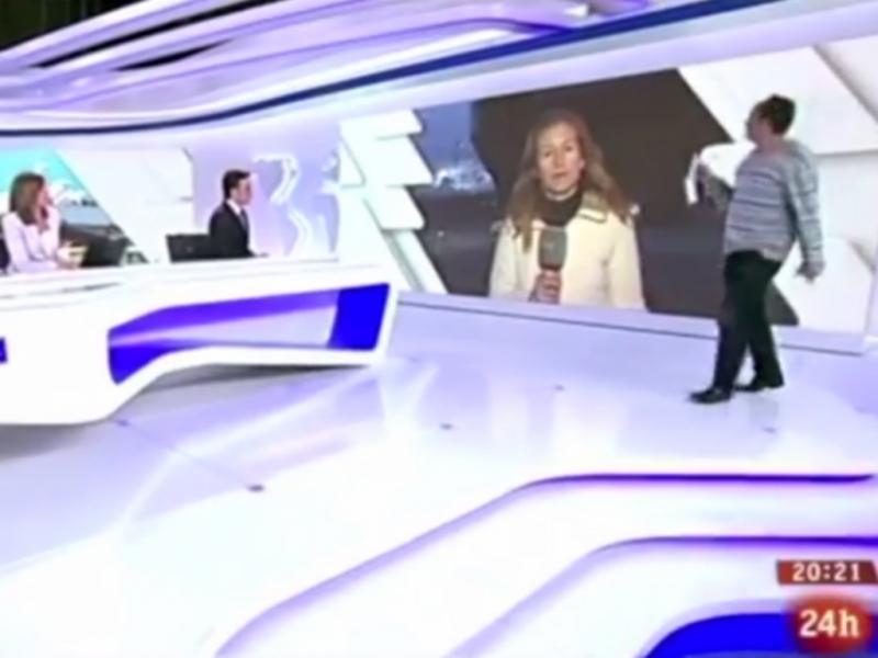 Homem entra no noticiário da TVE (Reprodução / Youtube / Esto Se Cae)