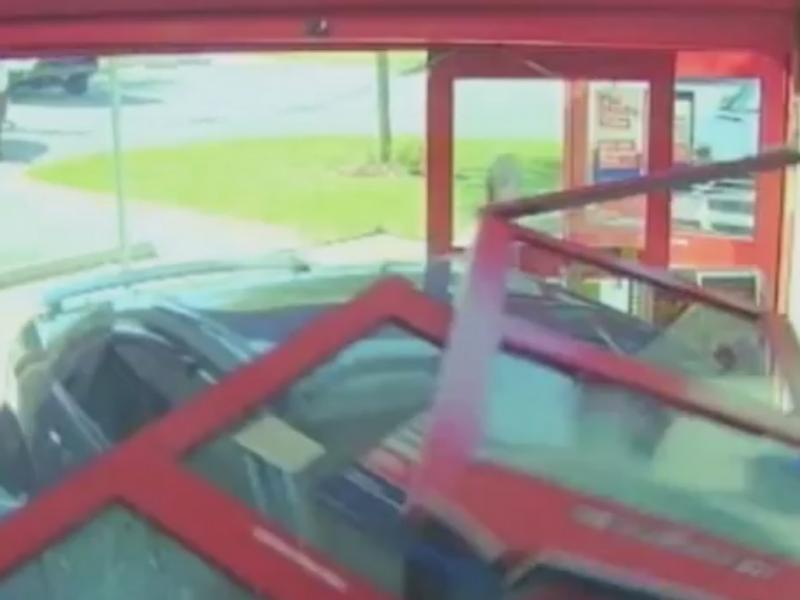 Carro «invadiu» farmácia na Flórida (Reprodução de YouTube)