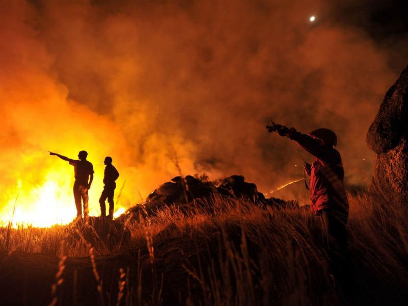 Primeiro Prémio de Fotografia da AMAN para Nuno  André Ferreira, da Agência Lusa;  A imagem retrata um incêndio no dia 21 de agosto de 2013 na Serra do Caramulo