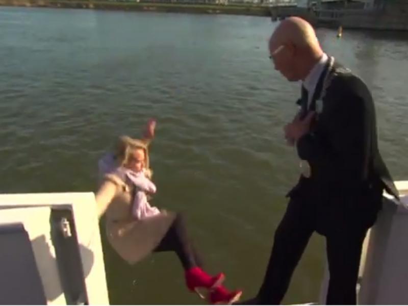 Jornalista caiu à agua em entrevista