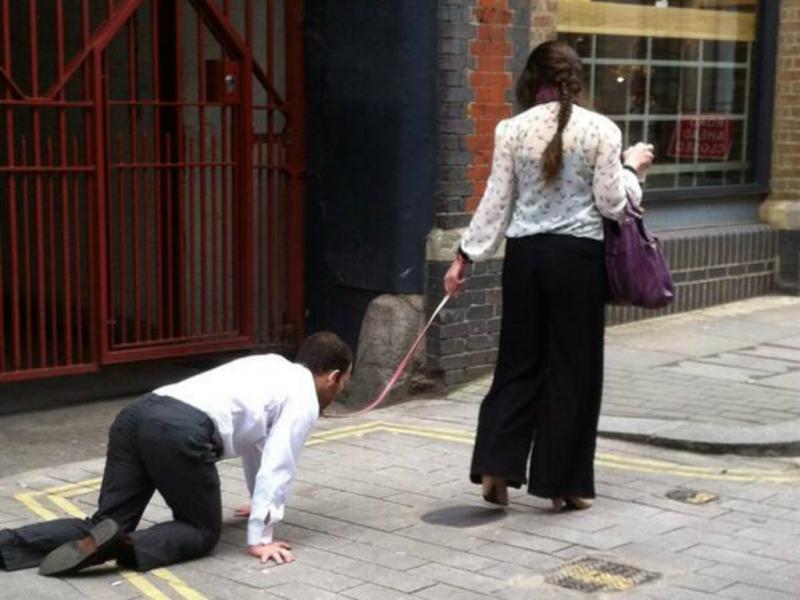 Homem passeou-se de trela pelas ruas de Londres (Reprodução de Twitter)