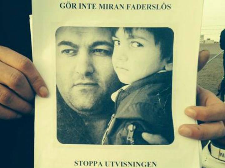 Refugiado escapa da deportação após passageiros impedirem avião de levantar voo (Foto Facebook)
