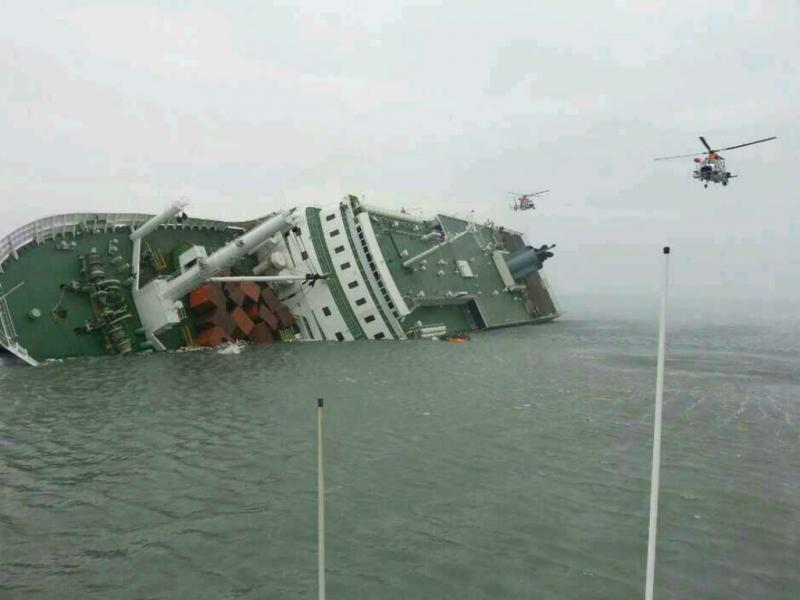 Naufrágio: dois mortos e mega-operação de resgate