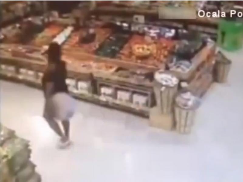 Mulher entra em Mercearia sem calças e rouba duas caixas de vinho (Reprodução de YouTube)