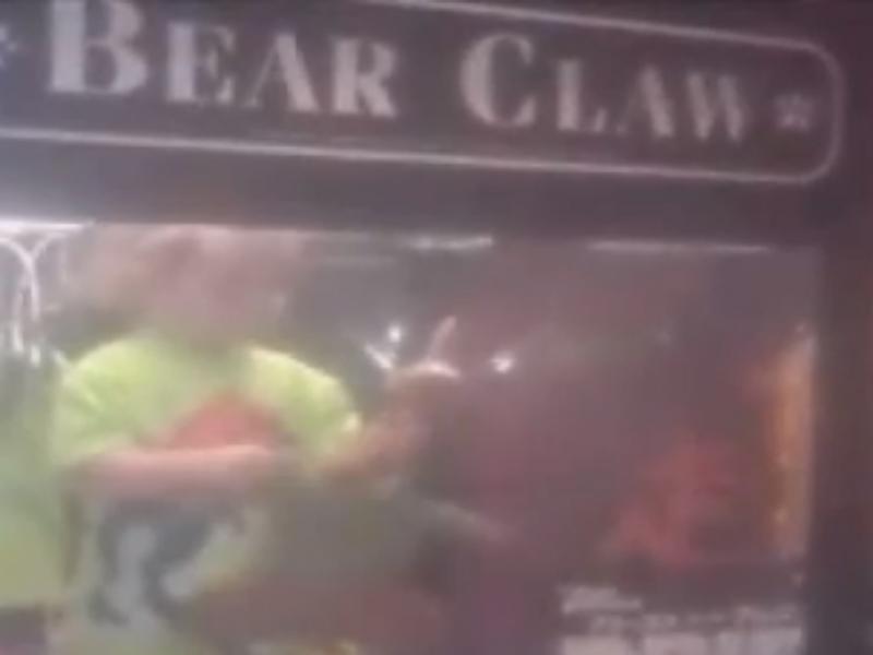 Criança de três anos entrou dentro de máquina de brinquedos (Foto reprodução de YouTube)