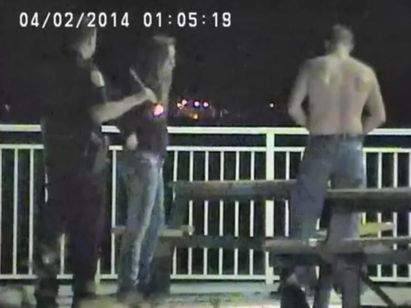 Casal detido a fazer sexo em mesa de jardim (Reprodução /Fort Piecer Police Department)
