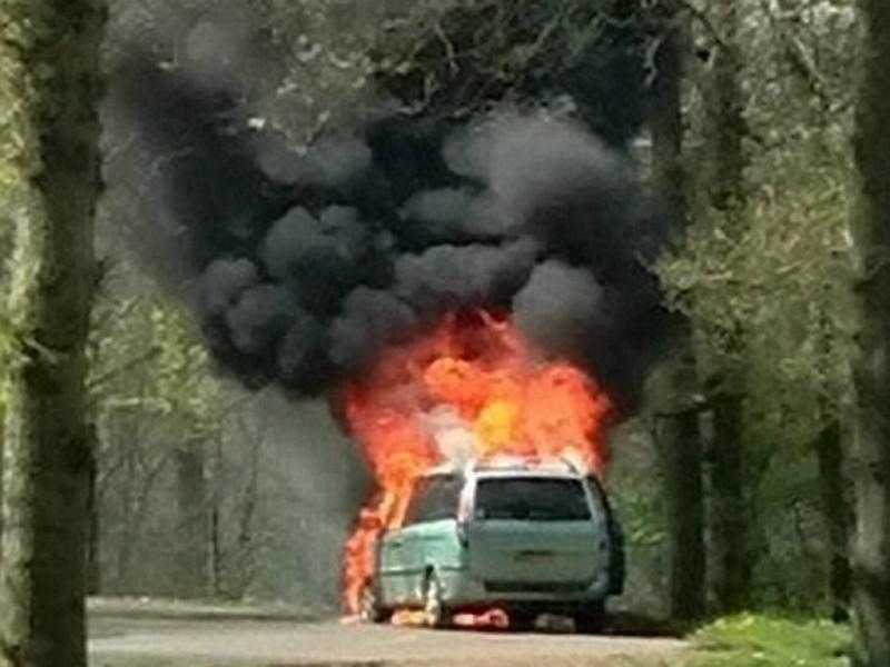 Mãe salva filhos ao permanecer dentro de carro em chamas