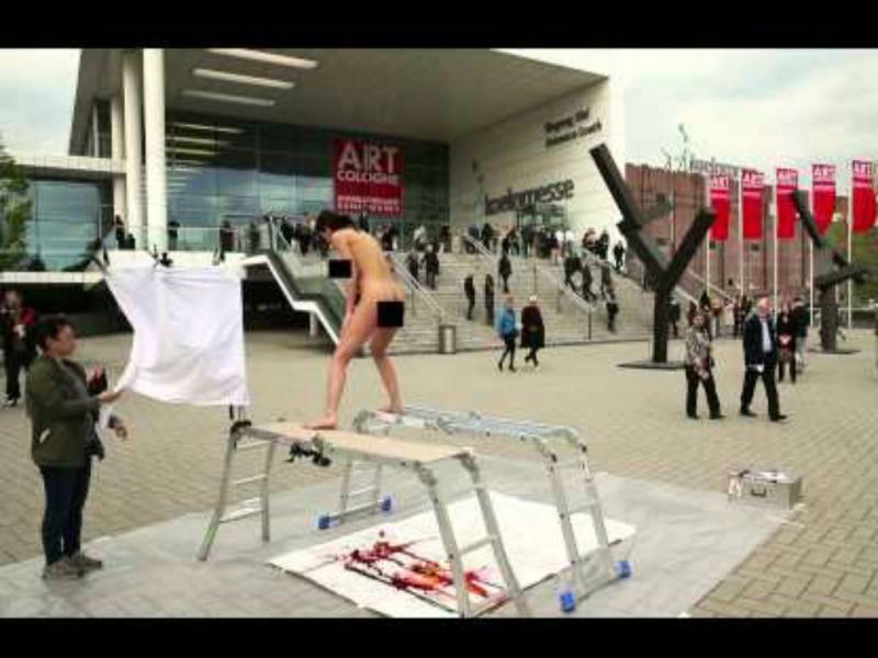 «The PlopEgg Painting» por Miló Moiré (Reprodução YouTube)