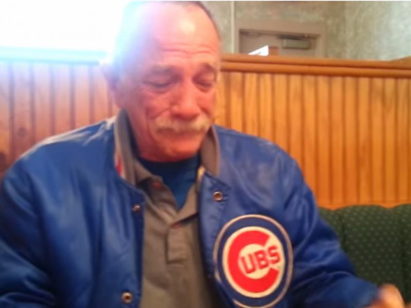 Idoso emociona-se ao saber que vai ser avô (Foto reprodução de YouTube)