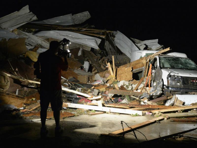 Tornados nos EUA: 12 mortos e populações arrasadas