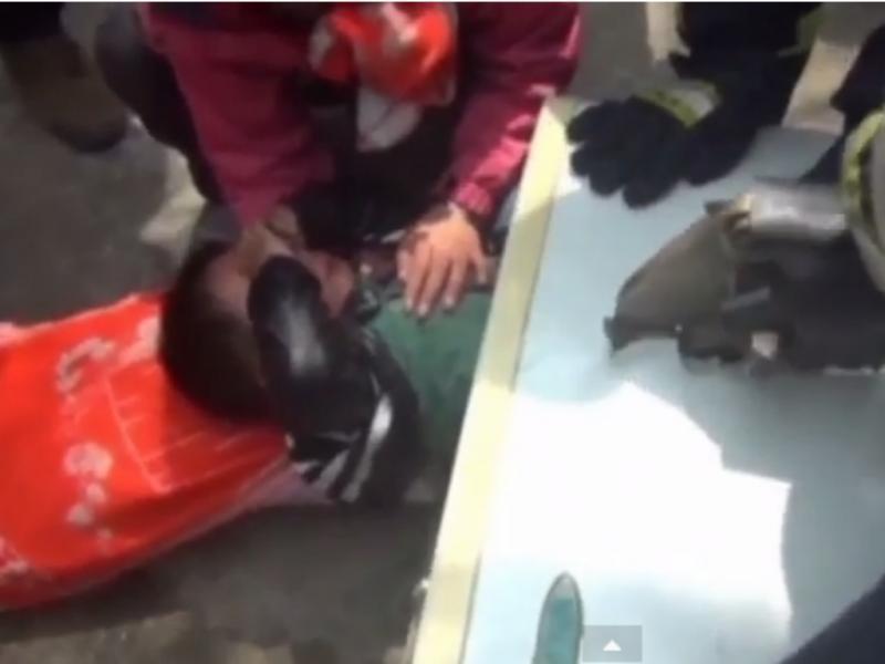 Criança fica presa dentro de máquina de lavar (Foto Reprodução de YouTube)