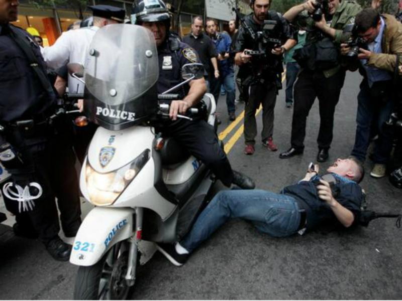 Campanha da polícia de Nova Iorque não correu como o previsto (Foto reprodução de Twitter)