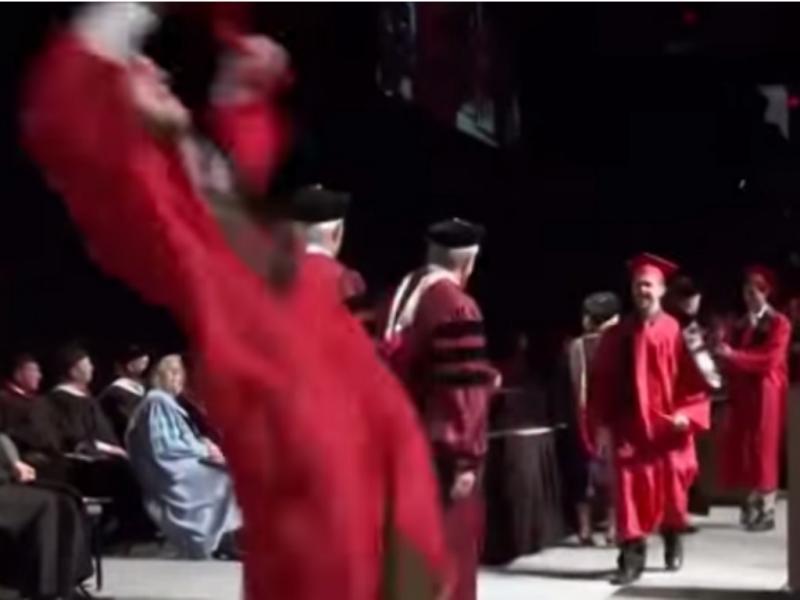 Rapaz tentou fazer um mortal em plena cerimónia de formatura (Foto reprodução de YouTube)