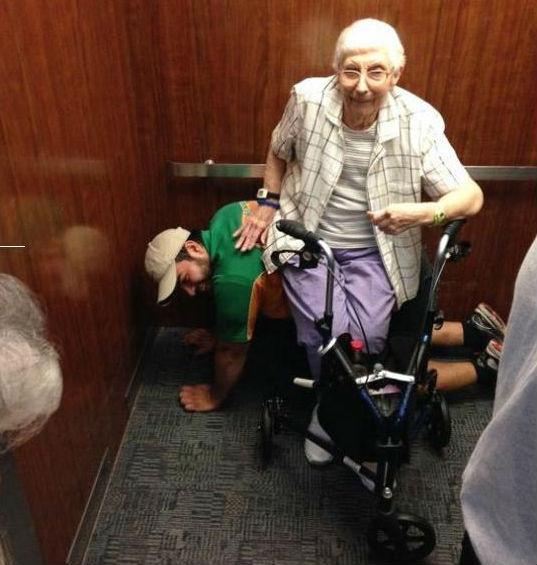 Fez de cadeira humana para idosa se sentar em elevador encravado (Foto Facebook Olga Lourdes Ruiz Velasco)