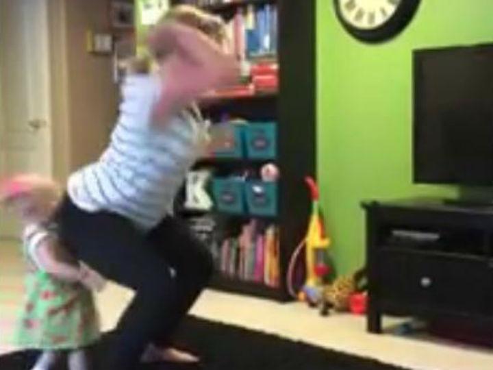 Dança como louca e derruba bebé com o rabo (Reprodução YouTube)