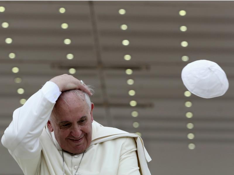 Solidéu do Papa Francisco voa durante audiência geral no Vaticano [REUTERS/Alessandro Bianchi]