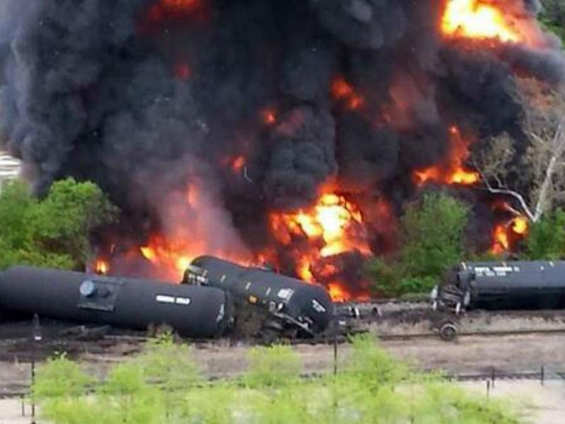 Comboio com petróleo incendeia-se nos EUA (Reprodução)