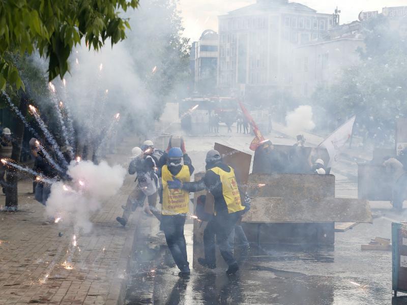 Polícia usa gás lacrimogénio em manifestação do Dia do Trabalhador (REUTERS/Umit Bektas)
