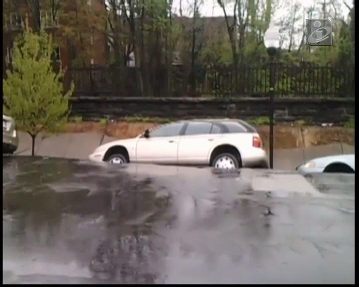 Estrada desaba e leva 10 carros atrás