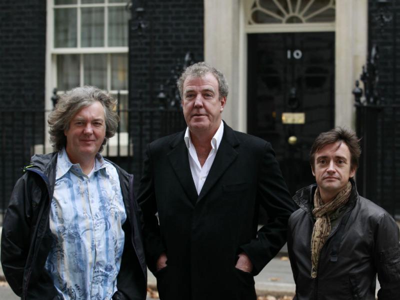 Jeremy Clarkson (ao centro), com os dois outros apresentadores do Top Gear (Reuters)