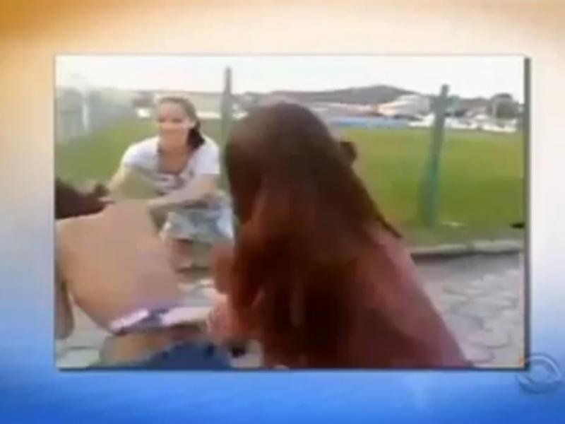 Rapariga agredida por outras três (Foto reprodução de YouTube)