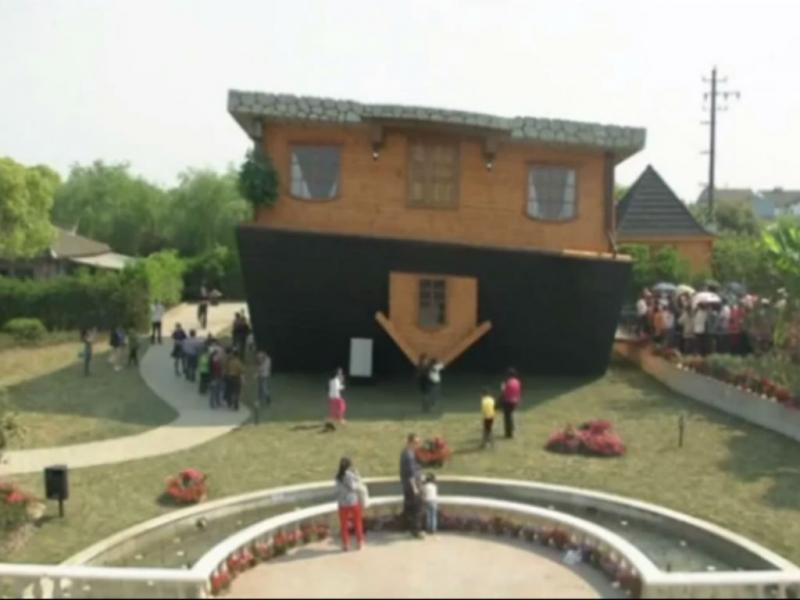 Casa de pernas para o ar atrai turistas em Xangai (Reprodução Youtube)