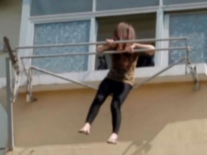 Mulher embriagada ficou pendurada no estendal da roupa (Reprodução Youtube)