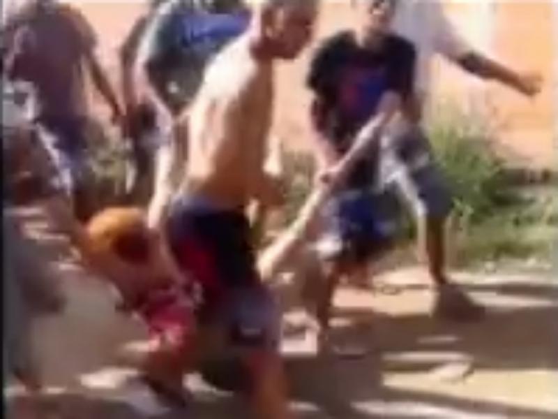 Mulher agredida por vizinhos (Foto reprodução de YouTube)
