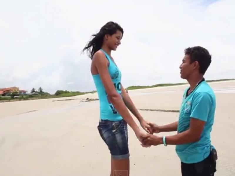 Adolescente mais alta vai casar (Foto reprodução de YouTube)