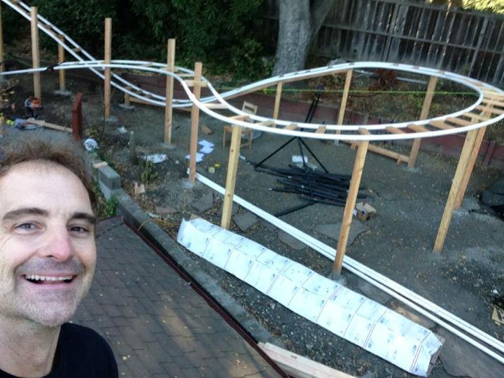 Pelos filhos, pai constrói montanha-russa no quintal (FOTO FACEBOOK WILL PEMBLE)