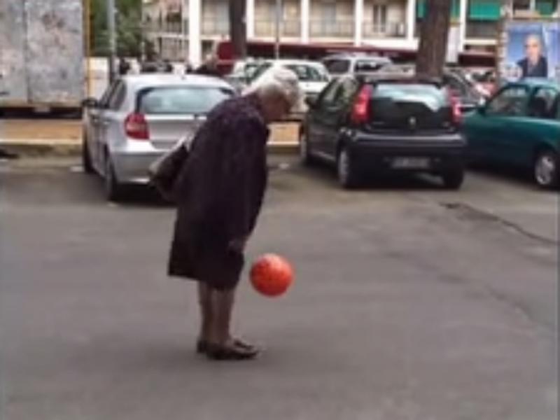 Senhora de carteira ao ombro deu uns toques de bola (Foto reprodução de YouTube)