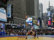 Um combate de wrestling em Times Square (Reuters)
