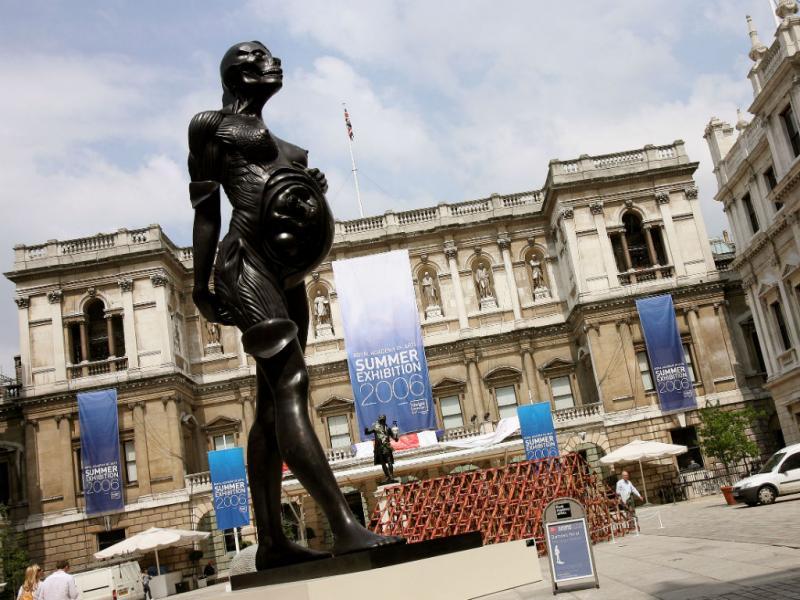 «The Virgin mother», de Damien Hirst, em exposição no pátio da Royal Academy of Arts, em Londres, junho 2006 (REUTERS)